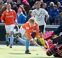 AMSTELVEEN - HOCKEY -  Nick Meijer stuit op de Spaanse keeper Javier Trenchs  tijdens de EHL hockeywedstrijd  tussen de mannen van Bloemendaal en het Spaanse Club de Campo Madrid (6-1).   COPYRIGHT KOEN SUYK