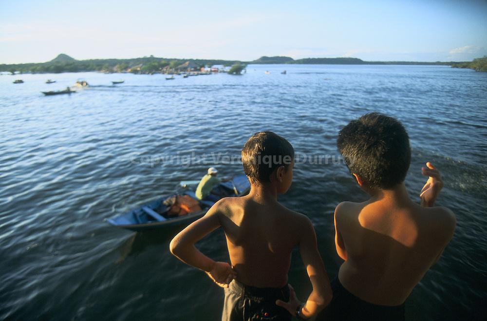 ENFANTS DE LA STATION BALNEAIRE FLUVIALE D ALTER DO CHAO, EN AMAZONIE, AU BRESIL