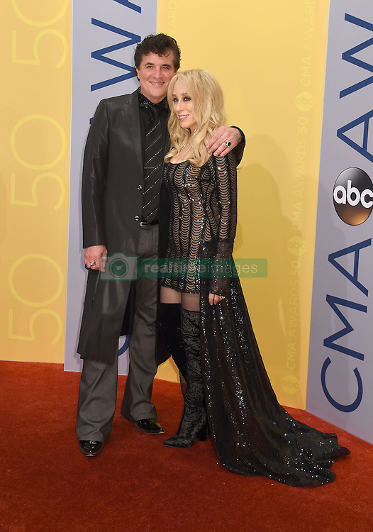 Scott Borchetta, Sandi Spika Borchetta bei den 50. Country Music Awards in Nashville / 021116<br /> <br /> *** Country Music Awards 2016, Nashville, USA, November 2, 2016 ***