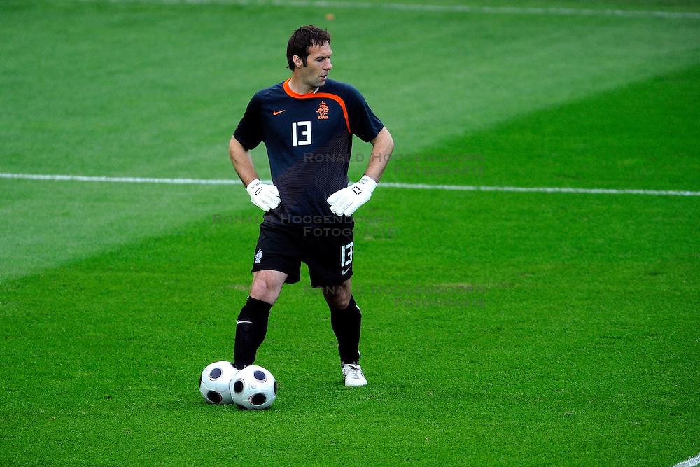 09-06-2008 VOETBAL: EURO 2008 NEDERLAND - ITALIE: BERN<br /> Nederland wint met een overtuigende 3-0 van Wereldkampioen Italie / Henk Timmer<br /> &copy;2008-WWW.FOTOHOOGENDOORN.NL