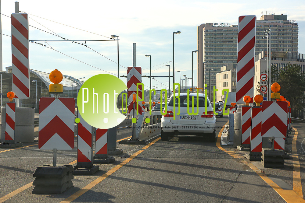 Ludwigshafen. 10.01.18 | <br /> Hochstra&szlig;e S&uuml;d. Aktive Geschwindigkeitsreduzierung und LKW Durchfahrtssperre wegen Br&uuml;ckensch&auml;den. Schilder auf der Hochstra&szlig;e S&uuml;d (B 37) aus Richtung Mannheim kommend vor der Lkw-Sperre. Diese zeigen noch 2 Meter als Maximalbreite an.<br /> <br /> Bild: Markus Prosswitz 10JAN18 / masterpress (Bild ist honorarpflichtig - No Model Release!) <br /> BILD- ID 00054 |