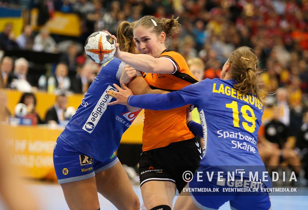 Laura Van Der Heijden (#6, Netherlands). Bronze medal match between Sweden and Netherlands at the 2017 IHF Women's World Championship in Barclaycard Arena, Hamburg, Germany, 17.12.2017. Photo Credit: Allan Jensen/EVENTMEDIA.