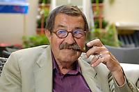 22 AUG 2005, BERLIN/GERMANY:<br /> Guenter Grass, Autor und Literaturnobelpreistraeger, waehrend einem Interview, Hotel Albrechtshof<br /> Guenter Grass, Author and Nobel price winner, during an interview<br /> IMAGE: 20050822-02-037<br /> KEYWORDS: Günter Grass, Schriftsteller, writer, pfeife, pipe, raucht, Raucher, rauchen