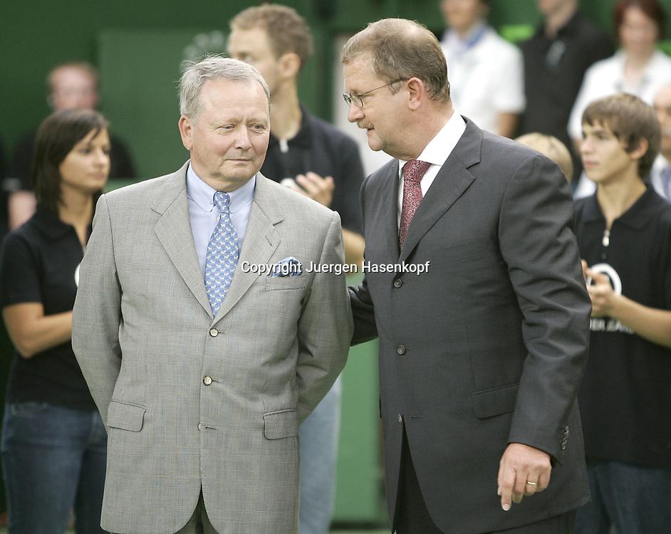 Porsche Tennis Grand Prix Turnier in Stuttgart-Filderstadt, L-R. Dr. Wolfgang Porsche und PorscheChef Dr. Wendelin Wiedeking,<br /> Siegerehrung,Praesentation, 09.10.2005.