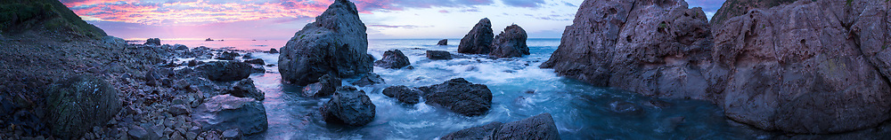 Dawn amongst huge boulders and a seal colony north of Kaikroua.