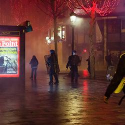 Maintien de l'ordre en journée et en soirée dans le quartier de l'Etoile dans le cadre des échauffourées liés à l'acte 4 des manifestations de gilets jaunes le 8 décembre 2018. Dispositif des forces de l'ordre (police et gendarmerie) très mobile permettant l'intervention rapide de policiers en civil (BAC) et l'interpellation de manifestants sur les barricades se constituant. Présence dans les rues de Paris de véhicules blindés à roue de la gendarmerie (VBRG) du GBGM en prévision de barricades. Interventions de pompiers de la BSPP sur des feux de véhicules, de gendarmes d'escadrons de gendarmerie mobile (EGM) et de policiers de Compagnies de Sécurité et d'Intervention (CSI) pour rétablir l'ordre.