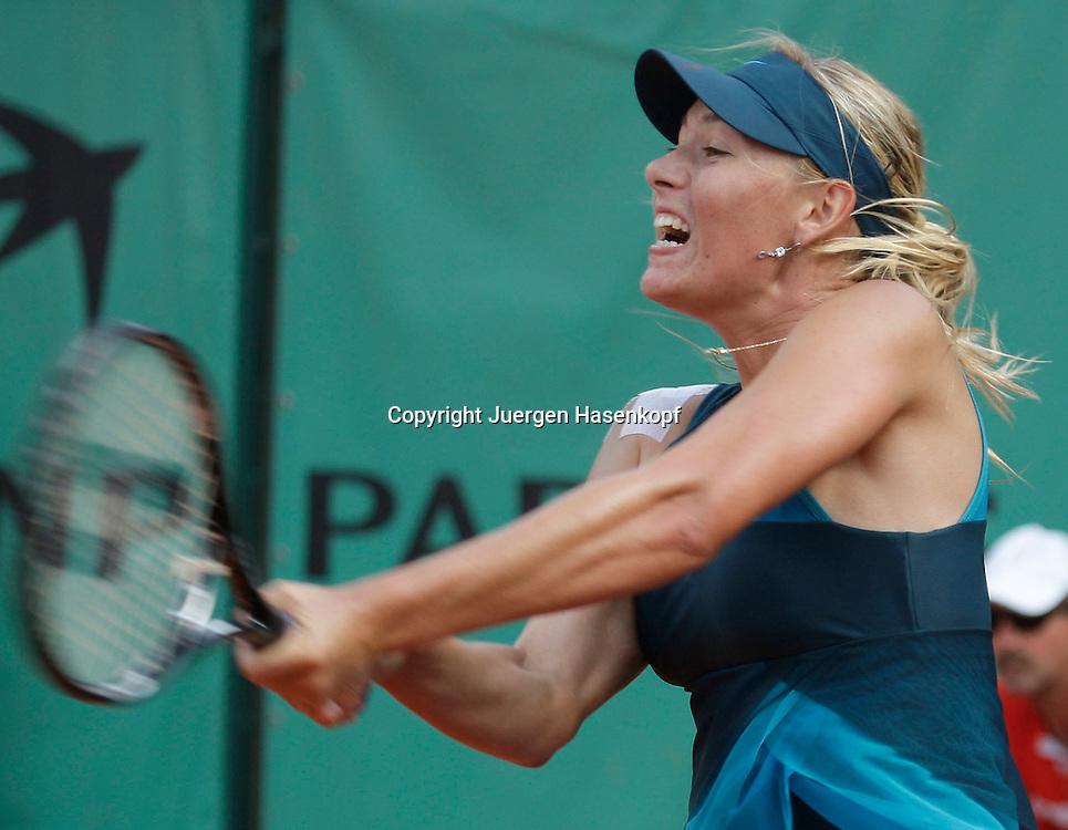 French Open 2009, Roland Garros, Paris, Frankreich,Sport, Tennis, ITF Grand Slam Tournament,  <br /> Maria Sharapova (RUS) spielt eine Rueckhand,backhand,action,<br /> <br /> Foto: Juergen Hasenkopf