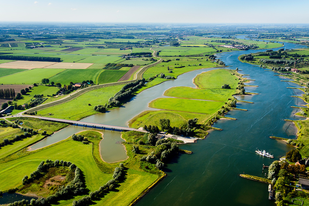 Nederland, Gelderland, Wageningen, 30-09-2015; Veerweg naar Lexkesveer, gelegen tussen de uiterwaarden Schoutenwaard en Randwijkse Buitenpolder. De weg is gebouwd op pijlers om het water in de meestromende nevengeul niet te hinderen.<br /> The road is built on pillars in order not to hinder the water in their flowing secondary channel.<br /> <br /> luchtfoto (toeslag op standard tarieven);<br /> aerial photo (additional fee required);<br /> copyright foto/photo Siebe Swart