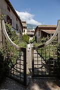 """Magrè, Magrè, Casòn Hirschpruun, il cancello del giardino """" all'ombra del Paradeis"""""""