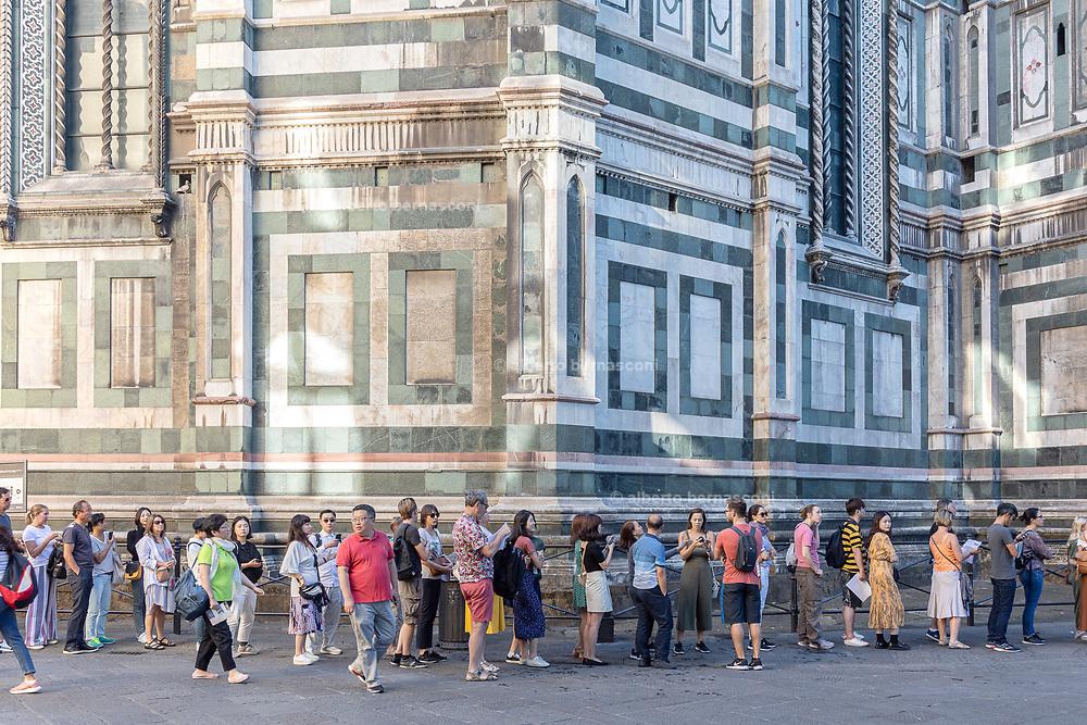 FLORENCE: early morning queue in Piazza del Duomo, Cattedrale di Santa Maria del Fiore