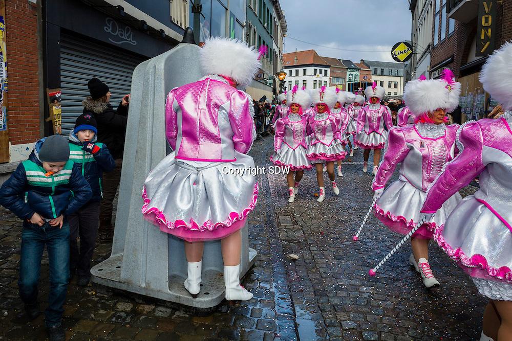 Aalst, Belgie, 19 februari 2012. Het jaarlijkse carnaval te Aalst. Het tijdelijk urinoir wordt goed gebruikt. Mannelijke marionettes paraderen door de straten van Aalst