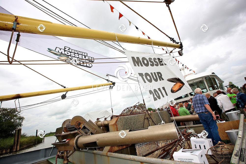 ZALTBOMMEL - In de haven van Zaltbommel is de BRU19 aangemeerd om voor bezoekers een heerlijk pannetje mossels klaar te maken. De Mossel Tour is in volle gang kunnen we wel zeggen. FOTO LEVIN DEN BOER - PERSFOTO.NU
