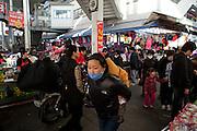 Daegu/Suedkorea, Republik Korea, KOR, 14.11.2009: Passanten in Suedkorea tragen Masken um einer moeglichen Infektion mit dem Schweinegrippen Virus (H1N1) vorzubeugen. | Daegu/Republic of Korea, South Korea, KOR, 14.11.2009: Korean people wearing face masks as prevention against the swine flu virus.
