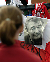 Fotball<br /> Championship 2004/05<br /> Nottingham Forest v West Ham¨<br /> 26. september 2004<br /> Foto: Digitalsport<br /> NORWAY ONLY<br /> A Forest fan pays her last respects to the late Brian Clough
