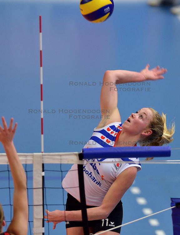 21-02-2015 NED: VC Sneek - Oskam Taurus, Zwolle<br /> Halve finale beker / Roos van Wijnen #11