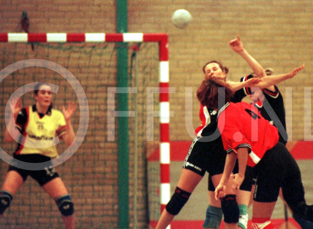 Fotografie Uijlenbroek©1999/Frank Uijlenbroek.991121 raalte ned sport.dameshandbal.kwiek- dalfsen.aanval dalfsen stuit op de handen van de dalfser verdediging.