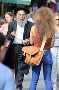 Ungewöhnliche Begegnung in Jerusalem: Skeptischer Blick eines orthodoxen Juden auf eine moderne junge Frau