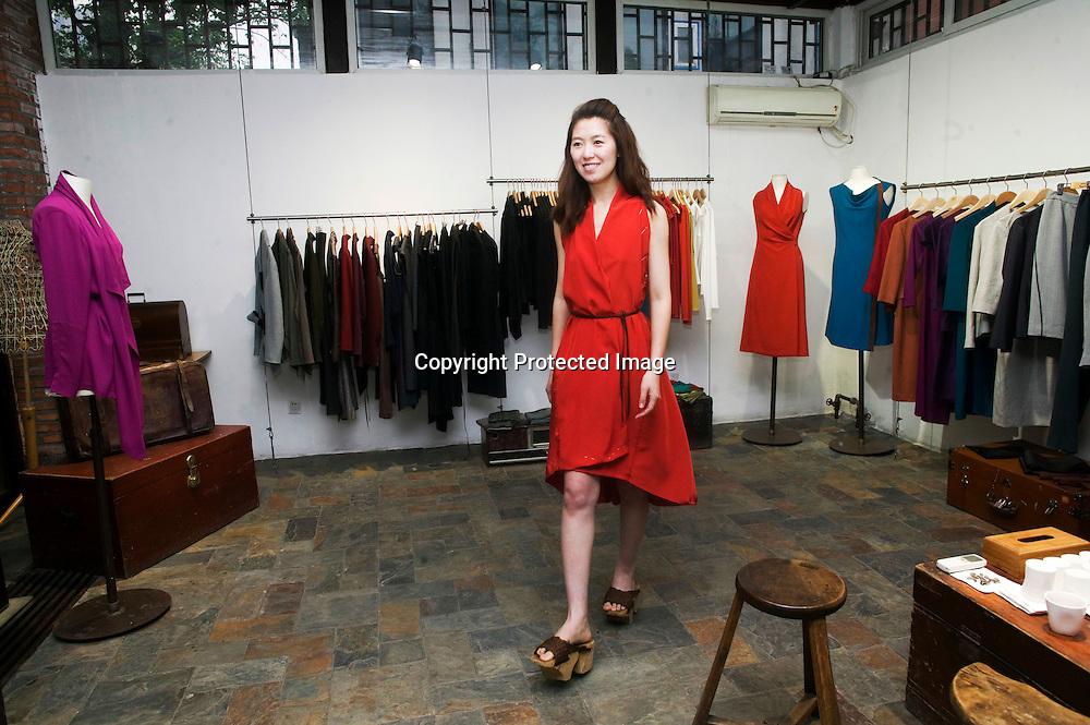 BEIJING, APRIL 19 : ein Model laeuft in einem Kleider der neuesten Kollektion von Kathrin von Rechenberg.