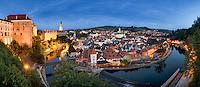 Krumau, Cesky Krumlov bei Nacht. Im Jahre 1992 wurde sie in die Liste des UNESCO-Welterbes aufgenommen, im Jahre 2008 wurde sie von dem Prestigemagasin National Geographic als 16. schönste historische Stadt der Welt bezeichnet.