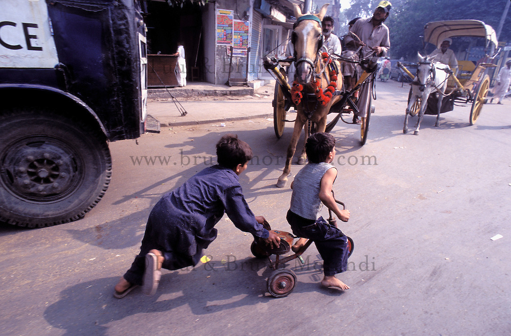 Street boys, Lahore, Punjab province, Pakistan // Pakistan, Punjab, Lahore, enfants des rues