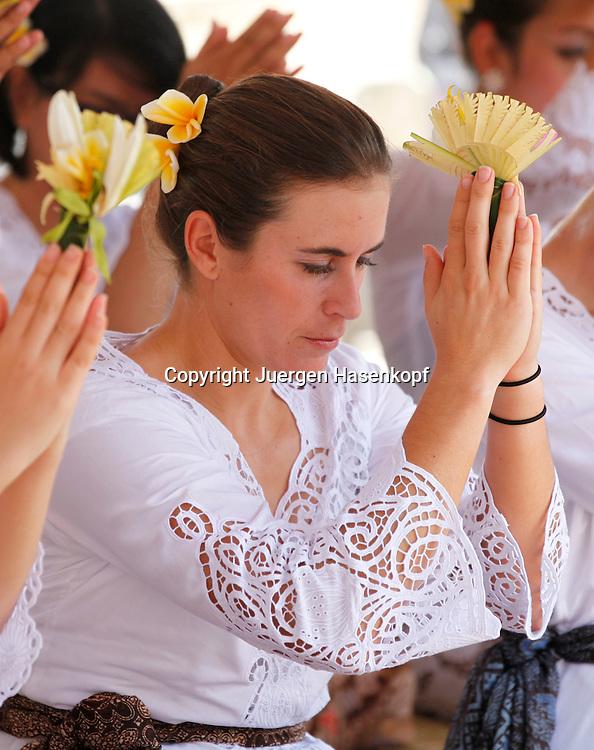 Commonwealth Bank Tournament of Champions  2011, WTA Tour, Damen Hallen Tennis Turnier in Bali ,Indonesien, .Hindu Tempel Zeremonie mit der Spielerin Anabel Medina Garrigues (ESP),.sitzend,Halbkoerper,Hochformat,privat,traditionelle Kleidung,
