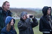 DOMBURG - Jeugdlid Agnes (12) met haar moeder. Birdwatching op de golfbaan van de Domburgsche Golf Club olv Vogelaar / bioloog Floor Arts met baancommissaris Inge Boomsma (r) en hoofdgreenkeeper Arjen Bosschaart (l) . Een natuurvriendelijk en milieubewust beheerd golfterrein biedt voor de golfer een interessante en uitdagende omgeving en bevordert de beeldvorming van de golfsport als een 'groene' sport.  Het beleid kent drie programma's: Committed to Green, Golfers love Birdies en Green Deal. COPYRIGHT KOEN SUYK
