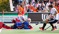AMSTELBEEN - Hoofdklasse hockey competitie. Amsterdam-Oranje-Rood (3-3). keeper Pirmin Blaak (Oranje-Rood)  en Augustin Mazzilli (Oranje-Rood) zien Boris Burkhardt (A'dam) 3-2 scoren. geheel rechts Robert van de Horst (Oranje-Rood) .  COPYRIGHT KOEN SUYK.