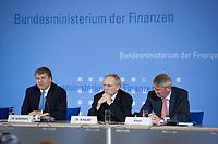 04 MAY 2010, BERLIN/GERMANY:<br /> Josef Ackermann (L), Vorstandsvorsitzender Deutsche Bank AG, Wolfgang Schaeuble (M), CDU, Bundesfinanzminister, und Wolfgang Kirsch (R), Vorstandsvorsitzender DZ Bank AG, Pressekonferenz nach einem Gespraech von Vertretern deutscher Bankinstitute mit Schaeuble zu Stuetzung Griechenlands in der Finanzkrise<br /> IMAGE: 20100504-01-027<br /> KEYWORDS: Wolfgang Schäuble, Staatsbankrott
