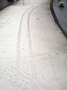 Nowosibirsk/Russische Foederation, RUS, 19.11.07: Autospuren am im Schnee an der Stadtautobahn im Zentrum der sibirischen Hauptstadt Nowosibirsk.<br /> <br /> Novosibirsk/Russian Federation, RUS, 19.11.07: Car tracks in the snow beside the city highway in the center of the Siberian capital city Novosibirsk.