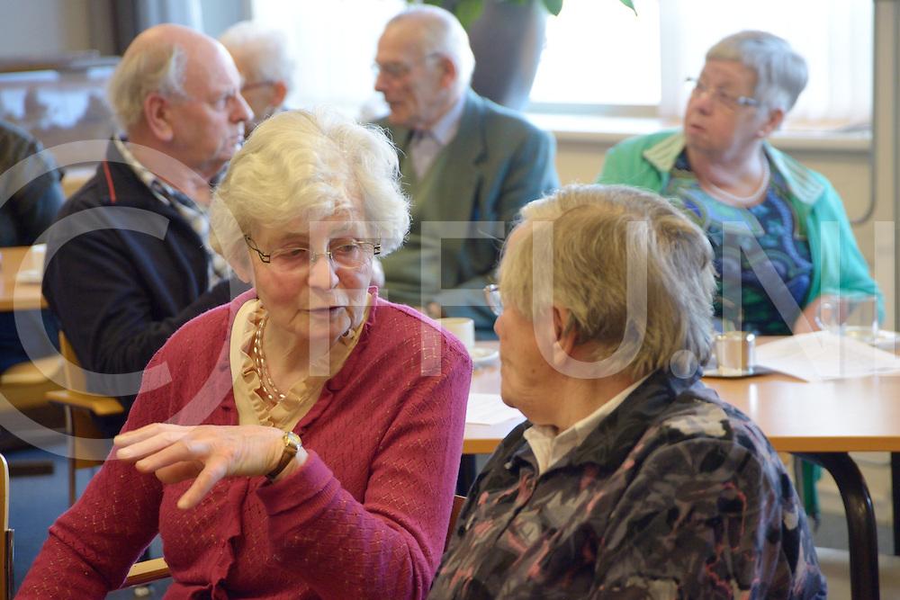 LEMELERVELD - Ouderen geweld.<br /> Bijeenkomst over geweld, fysiek en financieel tegen ouderen.<br /> Foto: Pauze met een levendige discussie tussen de bezoekers. ( 2e zaal interview Kenneth)<br /> FFU PRESS AGENCY COPYRIGHT FRANK UIJLENBROEK