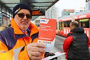 Mannheim. 01.03.17 | BILD- ID 077 |<br /> Innenstadt. Plankenumbau. Auswirkungen auf den Stra&szlig;enbahnverkehr. Am Hauptbahnhof informieren rnv Mitarbeiter &uuml;ber die Plan&auml;nderungen und Streckenverbindungen.<br /> - rnv Mitarbeiter G&uuml;nter Daum<br /> Bild: Markus Prosswitz 01MAR17 / masterpress (Bild ist honorarpflichtig - No Model Release!)