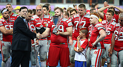 07.06.2014, Ernst Happel Stadion, Wien, AUT, American Football Europameisterschaft 2014, Finale, Oesterreich (AUT) vs Deutschland (GER), im Bild Valentin Gruber (Team Austria, OL, #79) erhaelt den Pokal von Robert Huber, (AFVD Praesident) // during the American Football European Championship 2014 final game between Austria and Denmark at the Ernst Happel Stadion, Vienna, Austria on 2014/06/07. EXPA Pictures © 2014, PhotoCredit: EXPA/ Thomas Haumer