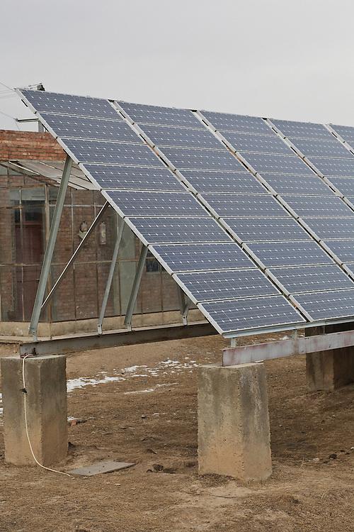 Les panneaux photovoltaïques de la station solaire de Chunaq Chubha, construite par les autorités provinciales. decembre 2009.