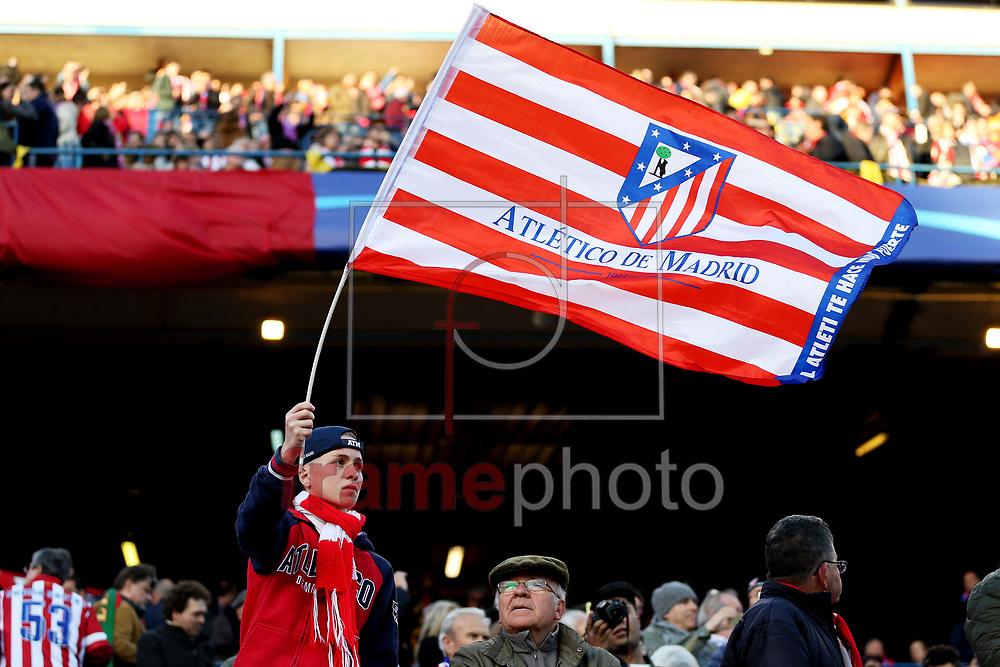 *BRAZIL ONLY* ATENÇÃO EDITOR, FOTO EMBARGADA PARA VEÍCULOS INTERNACIONAIS * Torcedor do Real Madrid segura bandeira durante partida entre Atlético de Madrid e Barcelona, válida pela Liga dos Campeoes da UEFA. O jogo foi disputado no estádio Vicente Calderon, em Madri, na quarta-feira (14). Foto: DPPI/FramePhoto