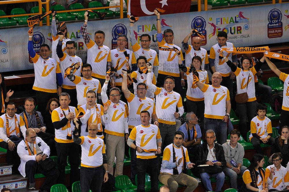 09-04-2016 ITA: CEV DenizBank Champions League Fenerbahce Grundig Istanbul - VakıfBank Istanbul, Montichiari<br /> Vakifbank wint met 3-0 en plaatst zich voor de finale / Support publiek Vakif<br /> <br /> ***NETHERLANDS ONLY***