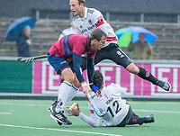 AMSTELVEEN - Enzo Torossi (HCKZ) met Valentin Verga (Adam) en Billy Bakker (Adam) tijdens de hoofdklasse competitiewedstrijd mannen, Amsterdam-HCKC (1-0).  COPYRIGHT KOEN SUYK