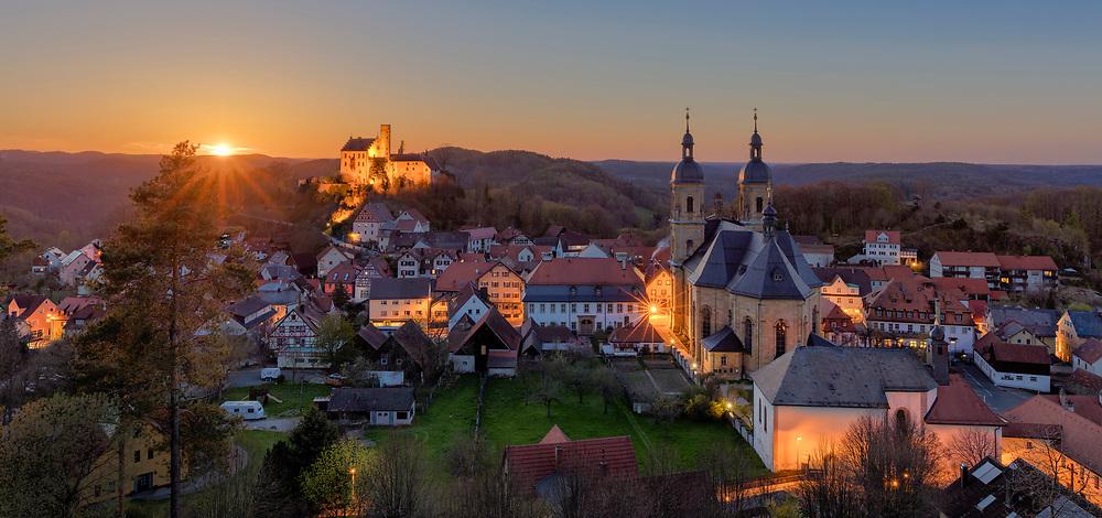 Gößweinstein in der Fränkische Schweiz mit Burg und Basilika bei Sonnenuntergang.