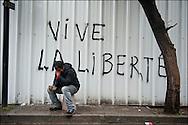 Un manifestant à proximité de l'ambassade de France lors d'affrontements avec les forces de police. // Des affrontements entre la police et les manifestants ont éclaté dans le centre de Tunis, notamment avenue Habib Bourguiba, faisant (selon Associated Press) 3 morts (prétendument par balle) et 12 blessés parmi les manifestants, Tunis le 26 février 2011.