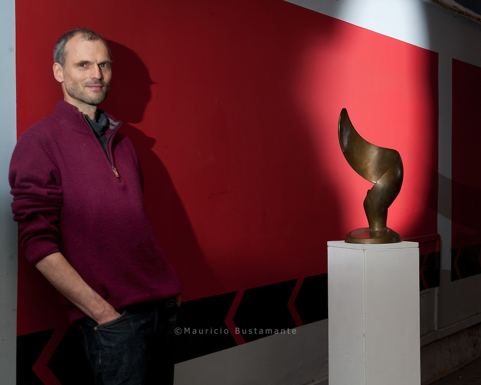 Ulrich Rölfing mit einer seiner Skulpturen. Seine MINIVERNISSAGE ist am 6. Dezember um 18 Uhr im Café Gnosa in der Langen Reihe 93.