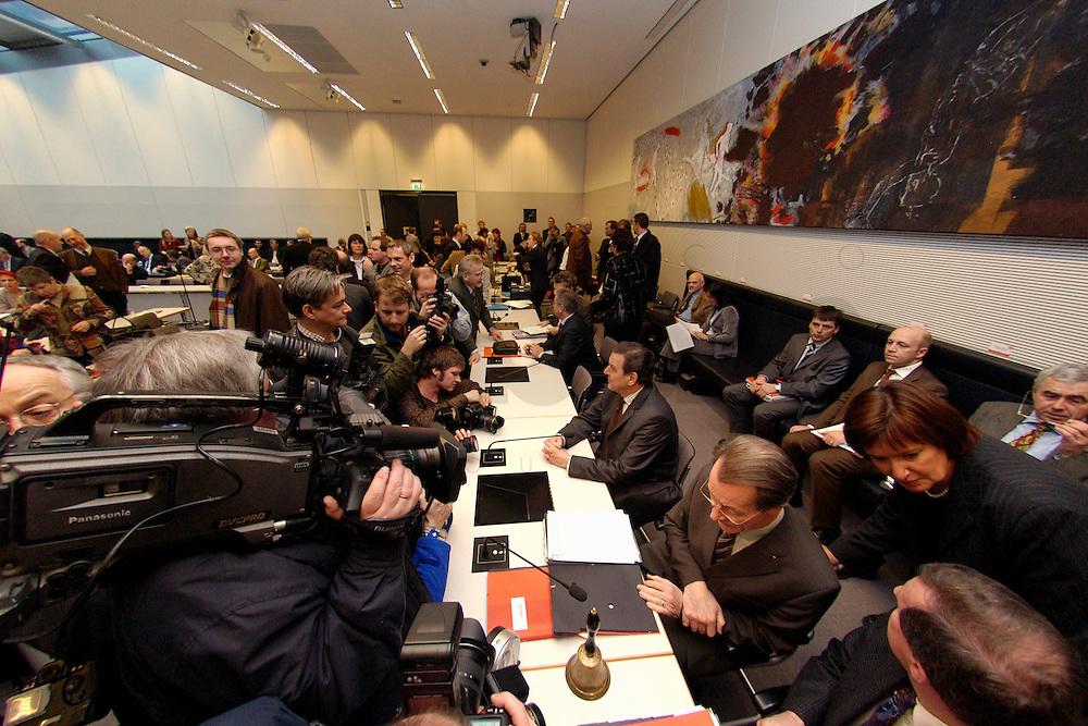 10 FEB 2004, BERLIN/GERMANY:<br /> Gerhard Schroeder (M), SPD, Bundeskanzler und Noch-Parteivorsitzender, und Franz Muentefering (vorne), SPD Fraktionsvorsitzender und desig. SPD Parteivorsitzender, mit Fotografen und Kameraleuten, vor Beginn der SPD Fraktionssitzung, Deutscher Bundestag<br /> IMAGE: 20040210-02-031<br /> KEYWORDS: Franz M&uuml;ntefering, Kamera, Camera, Fotografen, Gerhard Schr&ouml;der, &Uuml;bersicht, Uebersicht