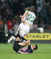 Fussball  UEFA Pokal  Halbfinale  Rueckspiel  Saison 2006/2007 Werder Bremen - Espanyol Barcelona              LUIS GARCIA (vorn, Barcelona) gegen Torsten FRINGS (Bremen)