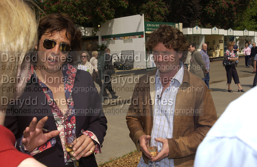 Lawrence Llewellen-Bowen and Diarmid Gavin, Chelsea Flower show, 25 May 2004. ONE TIME USE ONLY - DO NOT ARCHIVE  © Copyright Photograph by Dafydd Jones 66 Stockwell Park Rd. London SW9 0DA Tel 020 7733 0108 www.dafjones.com