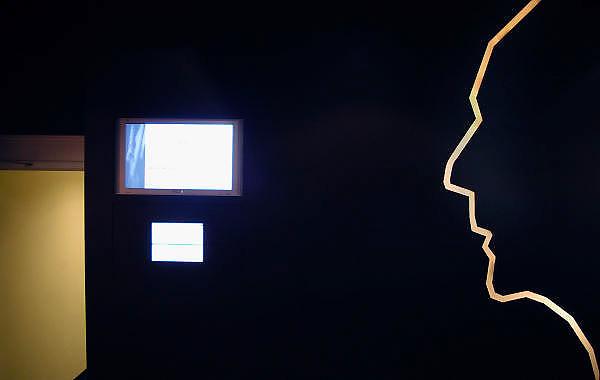 Nederland, Eindhoven, 24-3-2005..Profiel, silhouet van het hoofd van Frits Philips in het grand cafe meneer Frits bij de Philipszaal in de stad Eindhoven. Het maakt onderdeel uit van de stadswandeling die langs vele historische philips lokaties voert...Foto: Flip Franssen/Hollandse Hoogte