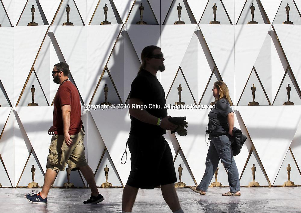 2月24日,在美国洛杉矶好莱坞,工程人员为奥斯卡颁奖典礼准备装饰。第88届奥斯卡颁奖典礼将于当地时间2月28日在好莱坞的杜比剧院举行。新华社发 (赵汉荣摄)<br /> Workers set up in front of Dolby Theatre in preparation for the 88th Academy Awards in Los Angeles, Wednesday, February 24, 2014. The Academy Awards will be held Sunday, February 28, 2014. (Xinhua/Zhao Hanrong)(Photo by Ringo Chiu/PHOTOFORMULA.com)<br /> <br /> Usage Notes: This content is intended for editorial use only. For other uses, additional clearances may be required.