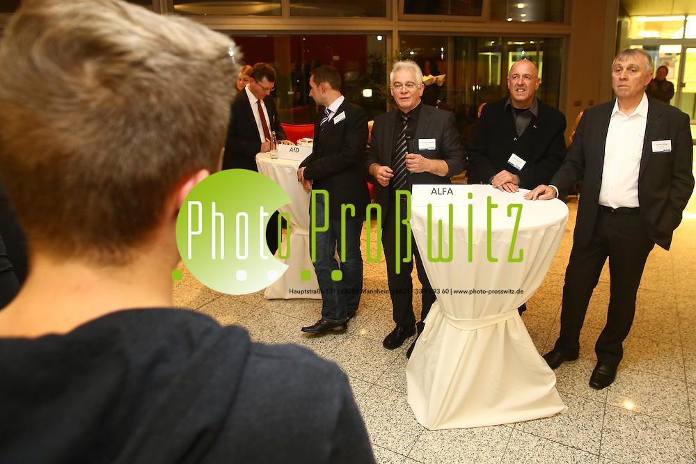 Mannheim. 01.12.15 Mannheimer Morgen Foyer. Politisches Gespr&auml;ch mit den Kandidaten zur Landtagswahl 2016, Sch&uuml;lern und Lesern der Tageszeitung Mannheimer Morgen.<br /> - ALFA. Dr. Gerhard Schaffner, Heinrich Koch, Roland Ge&ouml;rg, befragt von Sch&uuml;ler Justin Liehr<br /> <br /> Bild: Markus Prosswitz 01DEC15 / masterpress (Bild ist honorarpflichtig - No Model Release!)