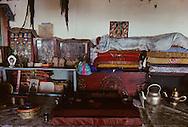 Mongolia. Pontsogtchoidlin, monastery  in a house in Ikh Tamir   /  Bibliothèque de soutras.Monastere maison Temple de Pontsogtchoidlin Kree, Mongolie, sum de IK TAMIR.  Les soutras (sudar) sont des livres religieux de format oblong, de différentes dimensions, dont les feuilles, imprimées recto-verso, généralement en tibétain, sont volantes. Lorsqu'il ne se trouve pas dans une boîte spéciale, le livre est maintenu dans un tissu puis ficelé. Dans les petits temples de province, les soutras sont souvent soigneusement empilés les uns sur les autres dans un coin , avec un bout de tissu blanc qui indique leur titre. Ces livres sacrés avaient pratiquement disparus, cachés en grand secret chez les particuliers durant la période communiste. Maintenant, nombreux sont ceux les laïcs qui en font don à l'église lamaïque mongole en pleine renaissance. (dans l'aymag de ARQANGAY). /  G50/199    L920726a  /  P0002581