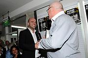 Boekpresentatie Andre Hazes en ik, de biografie over Andre Hazes door oud-manager en -bodyguard Jos van Zoelen in Andrés vroegere stamkroeg De Plashoeve - Vinkeveen.<br /> <br /> Op de foto:  Andy van der Meyde geeft het eerste exemplaar aan Jos van Zoelen