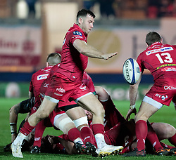 Scarlets' Gareth Davies puts up a high ball<br /> <br /> Photographer Simon King/Replay Images<br /> <br /> European Rugby Champions Cup Round 6 - Scarlets v Toulon - Saturday 20th January 2018 - Parc Y Scarlets - Llanelli<br /> <br /> World Copyright © Replay Images . All rights reserved. info@replayimages.co.uk - http://replayimages.co.uk