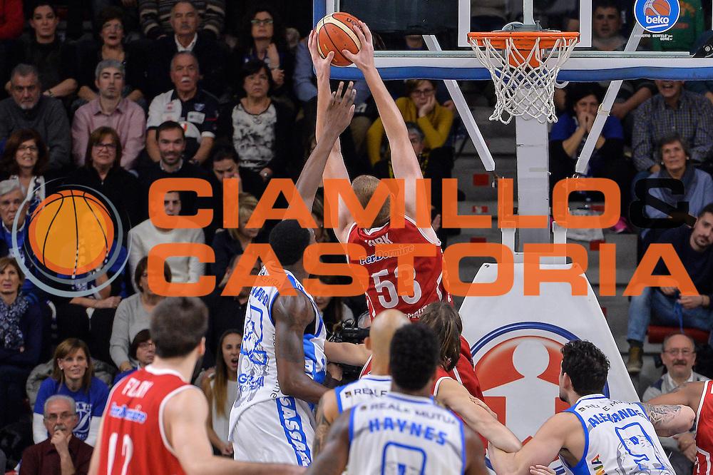 DESCRIZIONE : Sassari LegaBasket Serie A 2015-2016 Dinamo Banco di Sardegna Sassari - Giorgio Tesi Group Pistoia<br /> GIOCATORE : Alex Kirk<br /> CATEGORIA : Rimbalzo Controcampo<br /> SQUADRA : Giorgio Tesi Group Pistoia<br /> EVENTO : LegaBasket Serie A 2015-2016<br /> GARA : Dinamo Banco di Sardegna Sassari - Giorgio Tesi Group Pistoia<br /> DATA : 27/12/2015<br /> SPORT : Pallacanestro<br /> AUTORE : Agenzia Ciamillo-Castoria/L.Canu