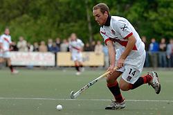 08-05-2005 HOCHEY: PINOKE-AMSTERDAM: AMSTELVEEN<br /> Amsterdam wint met 4-3 van Pinoke. Pinoke speelt door deze uitslag play out wedstrijden. - Roderik Huber<br /> ©2005-WWW.FOTOHOOGENDOORN.NL